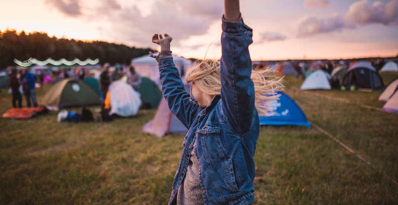 Stanování na festivalu – seznam nezbytností, které musíte mít