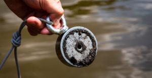 Jak lovit se silným magnetem poklady zhlubin? Zkuste magnet fishing